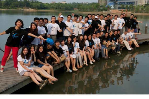 七月份的合照,如今公司成员日益庞大,拍照队形成为了难题图片